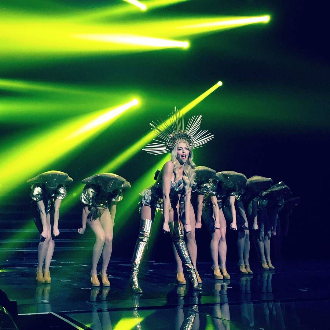 Оля Полякова похвалилася шикарними формами в світлодіодній сукні (відео)