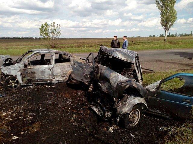 НаДонбасі сталася ДТП: троє загиблих, два автомобіля згоріло