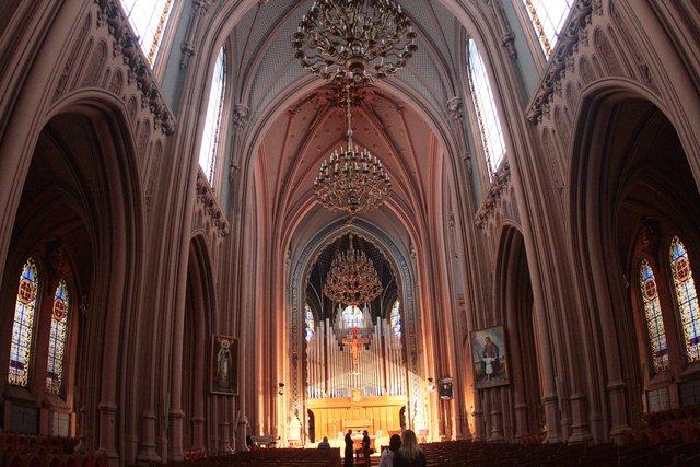 Строгість і краса. Головний зал костелу вражає своїм неймовірним оздобленням і акустикою