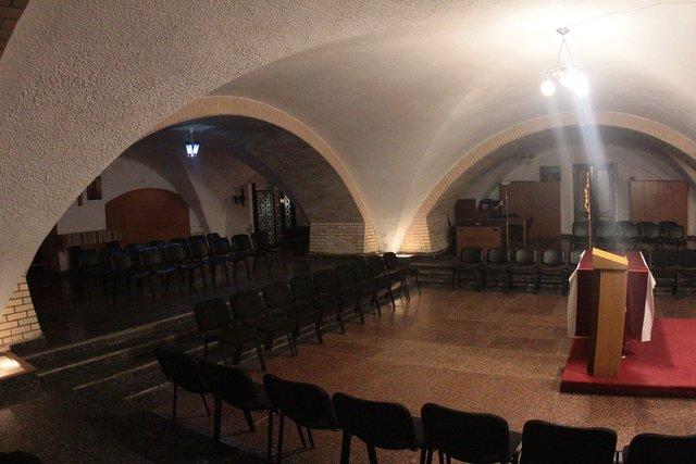 Підземний храм. Під час концертів служби проводять тут