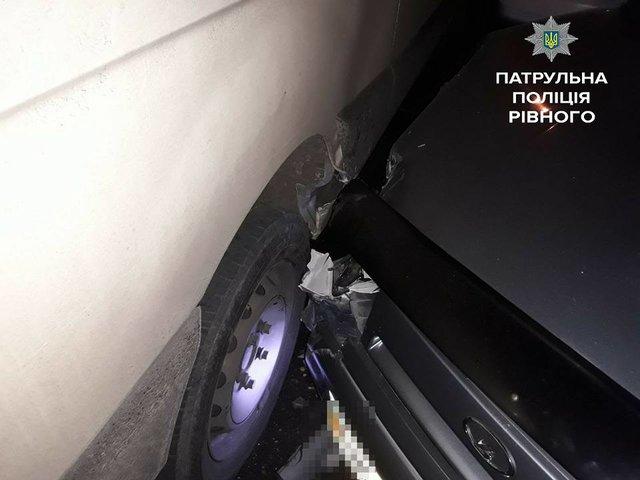 У Рівному нетверезий водій протаранила 4 припаркованих автомобіля