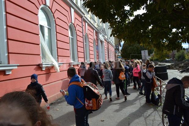 ВУжгороді евакуювали школу через запах газу, 11 дітей потрапили до лікарні