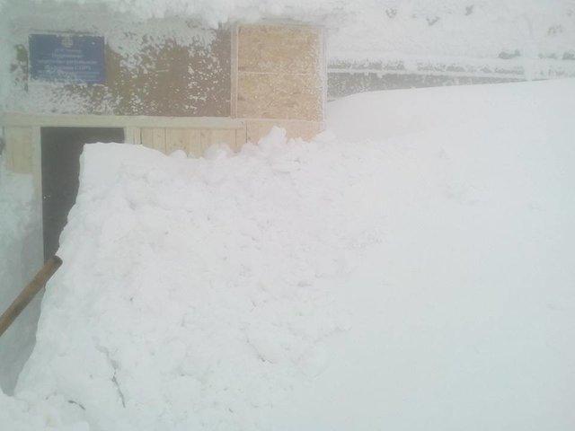 Сніг додвох метрів: НаПрикарпатті замело обсерваторію нагорі Піп Іван