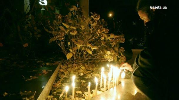 Кияни вшановують пам`ять загиблих уПарижі біля посольства Франції,— відео