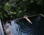 Модель Victoria's Secret любить плавати в басейні голою (фото)