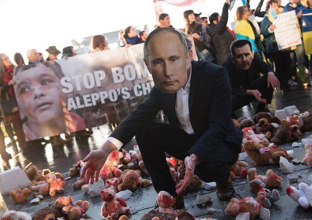 Перед приїздом Путіна люди принесли доРейхстагу закривавлені іграшки