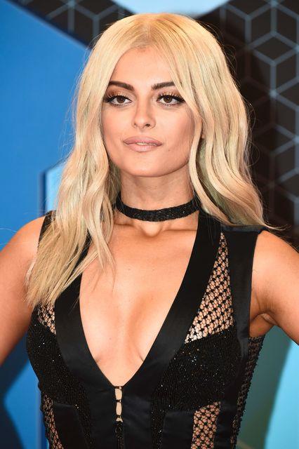 27-річна співачка викликала фурор нарядами на премії MTV (фото)