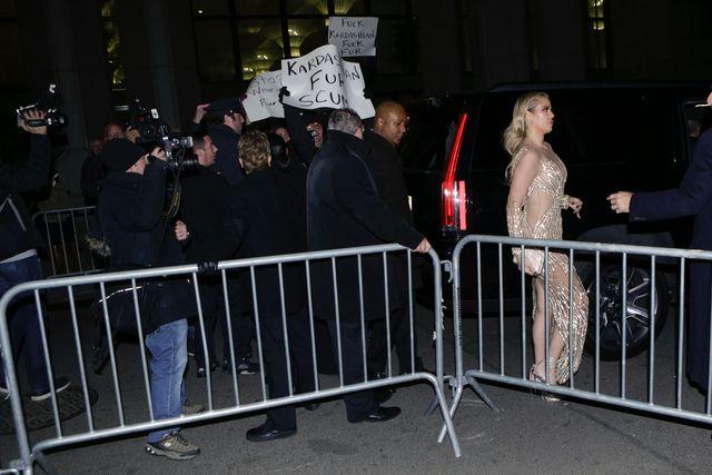 """Хлої Кардашьян прийшла на бал в """"голому"""" платті (фото)"""