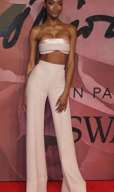 Конфуз на модній премії: у 26-річної британської моделі з грудей сповз топ (фото)