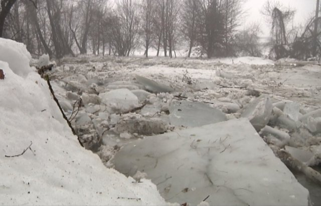 На кордоні зі Словаччиною утворився довжелезний льодовий затор